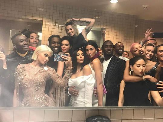 Skandální chování na společenské akci nejvyšší úrovně. Kylie Jenner přemluvila pár přítomných hostů k hromadné selfie.