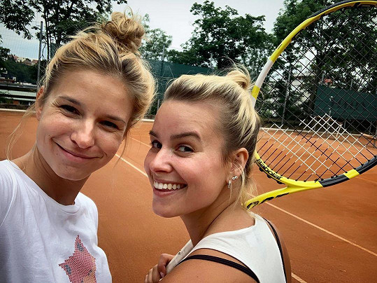 Patricie Pagáčová si vyrazila se sestrou Lindou zahrát tenis.