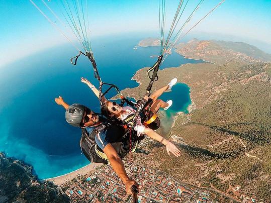 I přesto, že moderátor trpí závratěmi, vyzkoušeli adrenalin v podobě paraglidingu.