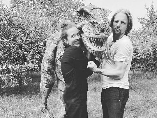 Tomáš Klus a jeho manželka Tamara s dinosaurem