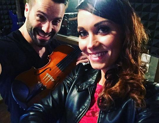 Václav Noid Bárta s houslitkou Andreou Jiskrovou. Je to stejný typ ženy jako jeho manželka Gábina.