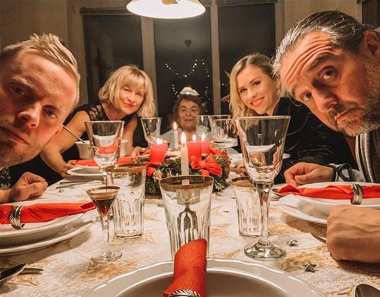 Jakub Prachař s rodinkou. U štědrovečerní večeře nechyběly maminka Dana Batulková ani sestra Mariana.