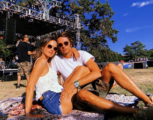 Alessandra Ambrosio fanouškům nasadila brouka do hlavy: Na jejích valentýnských snímcích chyběl partner Nicola, tvoří ještě pár?
