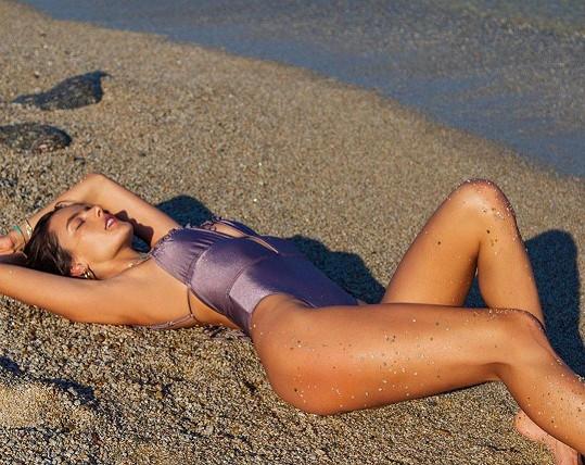 Alessandra Ambrosio na pláži pózuje často.