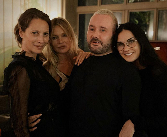 Demi Moore se pochlubila fotkou ze zákulisí přehlídky, na snímku (zleva) Christy Turlington, Kate Moss, Kim Jones a Moore.