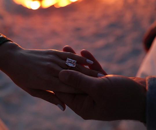 Zásnubní prsten vůbec nevypadá špatně.