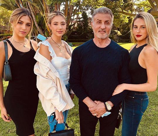 Sylvester Stallone a jeho dcery (zleva: Sistine, Scarlet a Sophia)