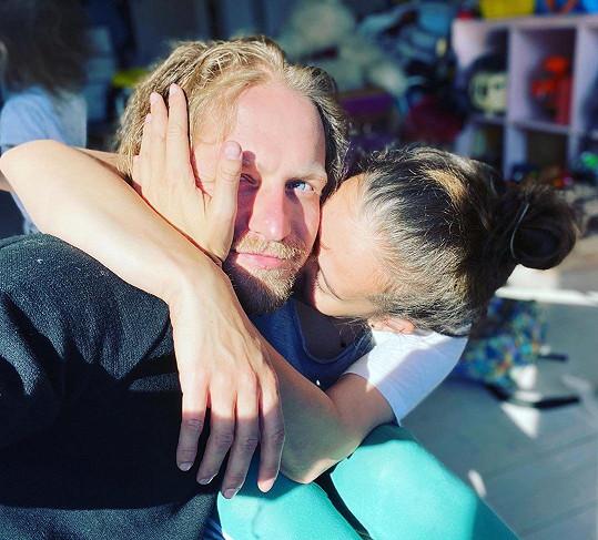 Tomáš Klus s manželkou Tamarou, která se nepříjemně zranila.