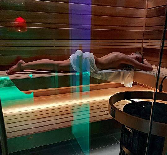 Krásná moderátorka relaxovala v sauně.