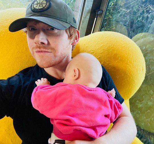 Rupert Grint se připojil na Instagram a podělil se o snímek s dcerou.