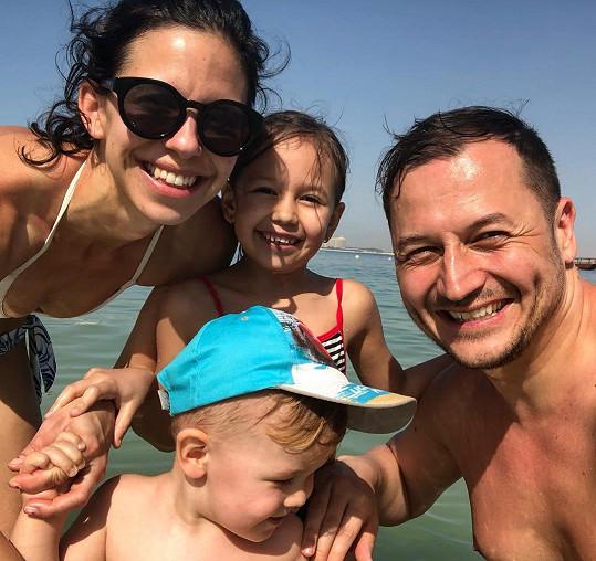 Rodinka si výlet k moři užívala s úsměvem.