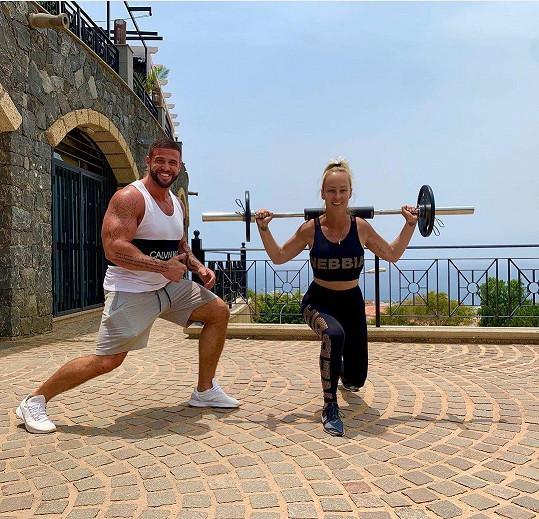 Už si na ostrově našla i svého trenéra.