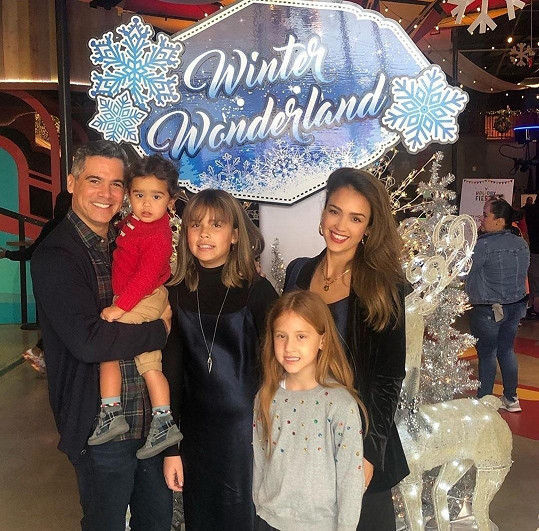 Jessica Alba se ukázala s celou rodinou.