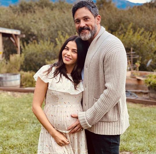 S otcem syna Stevem Kazeem je zasnoubená.