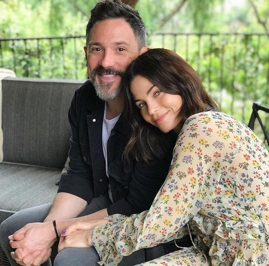 Krátce před porodem Dewan oznámila zásnuby s hercem Stevem Kazeem.