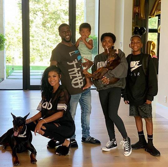 S manželkou (vlevo), společným synem Kenzem a staršími dětmi Heaven a Hendrixem
