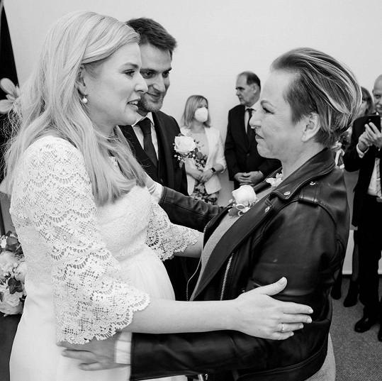 Martina Pártlová gratuluje nevěstě Nikol Štíbrové.