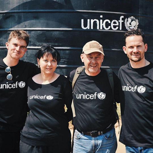 Vyslanec UNICEF Patrik Eliáš, youtuber Karel Kovář a režisér Václav Marhoul se přijeli osobně přesvědčit o funkčnosti projektu čističky vody.