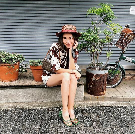 Kráska vystudovala herectví, nyní se živí modelingem a moderováním.