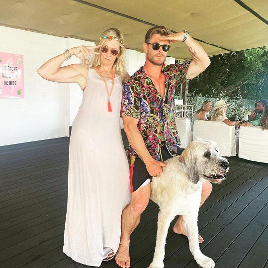 Chris Hemsworth s maminkou Leonie, která oslavila šedesáté narozeniny.