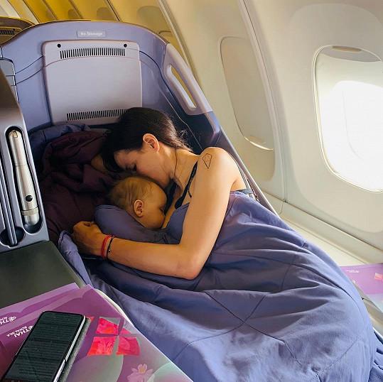 Propagátorkou kojení je bezesporu i partnerka miliardáře Karla Janečka. Lilia se nechala zvěčnit v letadle.