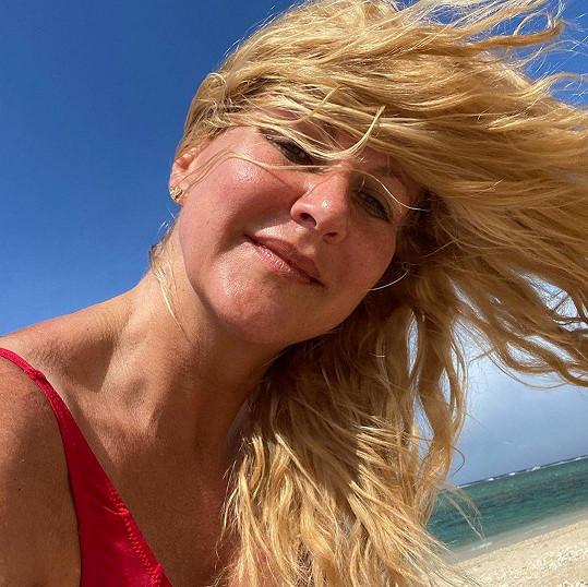 Vendula Pizingerová si dovolenou umí užít.