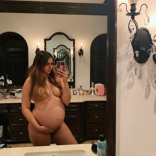 April Love Geary se ukázala nahá.