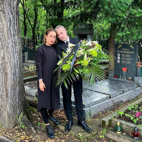 Populární autorka kuchařek přišla o tatínka. Na pohřbu si byli vzájemnou oporou s bratrem.
