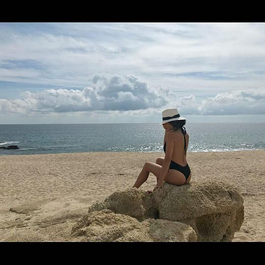 Jenna Dewan vzpomíná na plážovou pohodu. Svlažení si zatím dopřává v bazénu na zahradě.