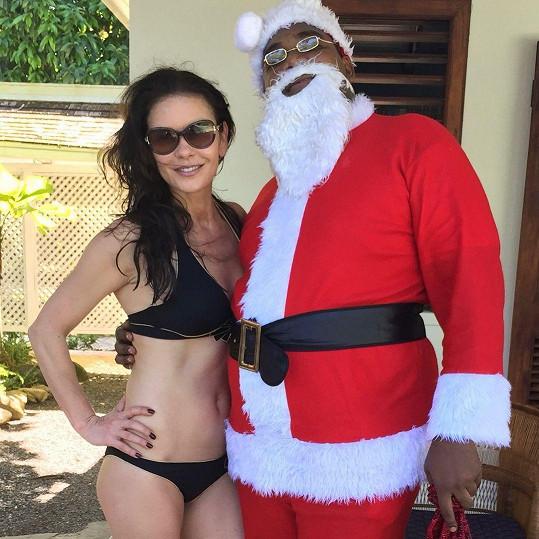 Catherine Zeta-Jones se podělila o loňský snímek se Santou z dovolené na Bermudách.
