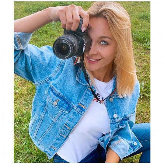 Jejím novým koníčkem je focení. Možná se z ní po modelce, hereččce, prodavačce a makléřce stane i fotografka.
