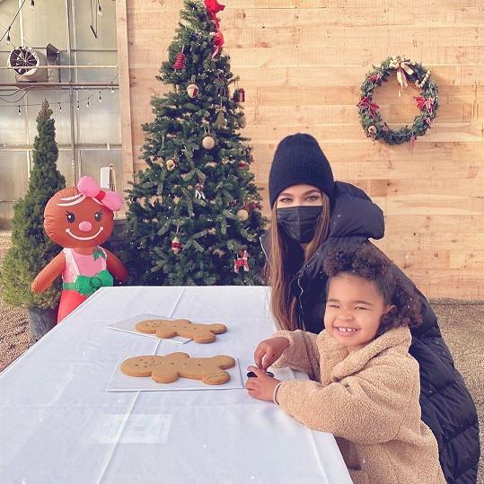 Khloé se místo vánočního outfitu podělila o roztomilou fotku s dcerou True.