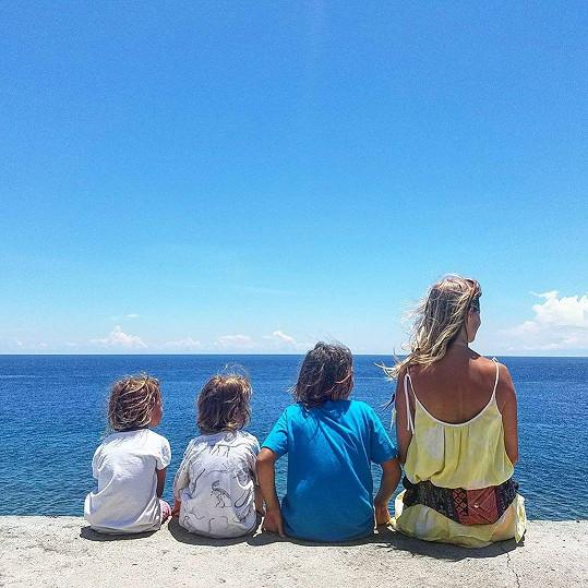 Helena Houdová a její synové Darien, Daveed Jakub a dcerka Deia při první návštěvě Bali před čtyřmi lety