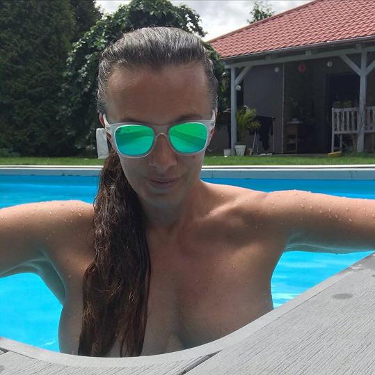 Odvážným snínkem z bazénu herečka podráždila mužské smysly.