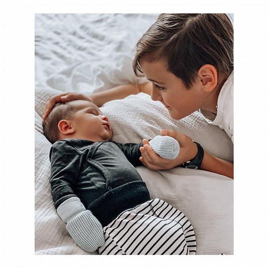 Veronika Arichteva se pochlubila dojemným snímkem ze seznámení syna Luky s nevlastním bráškou.