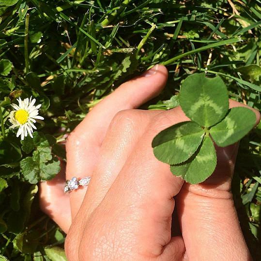 Hana ukázala zásnubní prsten.