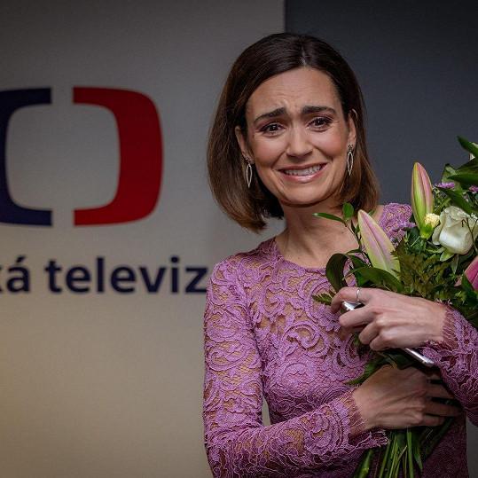 Daniela Písařovicová dostala od kolegů dárky na rozloučenou.