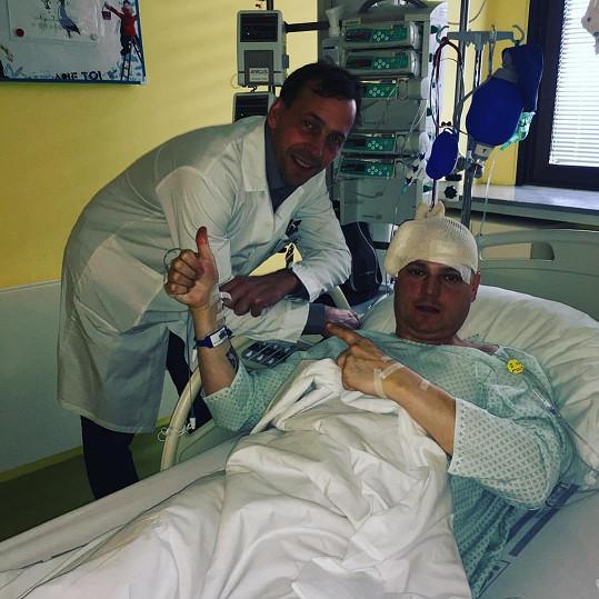 Petr Vlasák s doktorem Šroubkem, který ho v Nemocnici Na Homolce operoval.