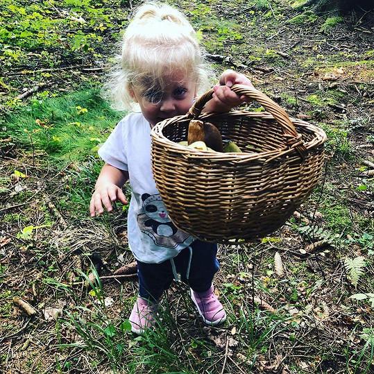 Mia Prachařová si vyšla s maminkou na houby.