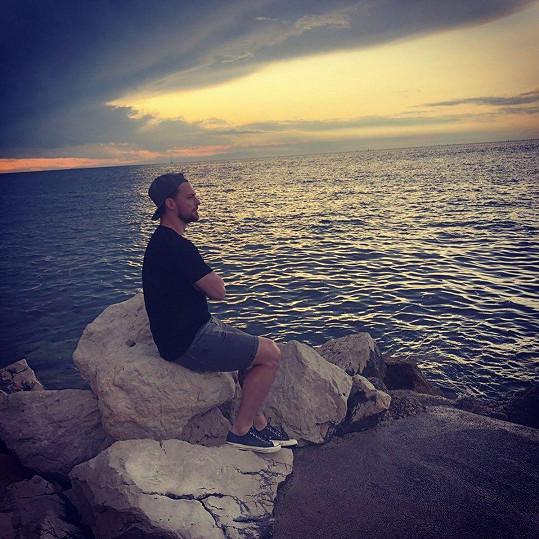 Michal Gulaši rozjímá u moře.