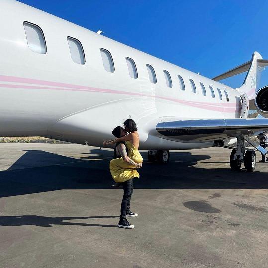 Travis Barker vstoupil díky své lásce po 13 letech do letadla.
