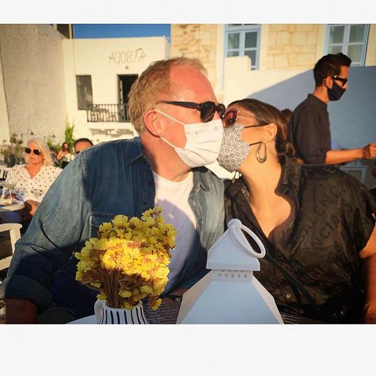 Salma Hayek s manželem za časů korony v Řecku
