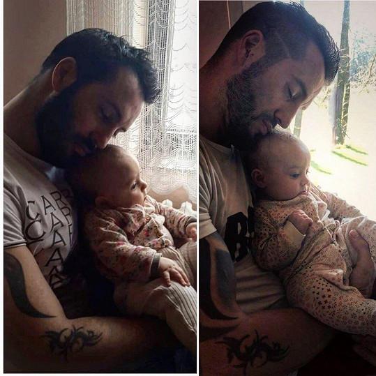 Zpěvák na archivním snímku s dcerou Terezkou (vlevo) a dnes se skoro půlroční Eliškou (vpravo).