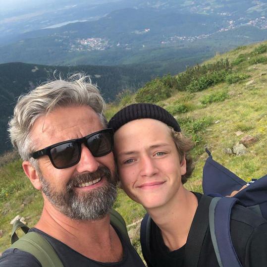 Herec se synem Prokopem, který jde v jeho hereckých šlépějích a studuje konzervatoř.