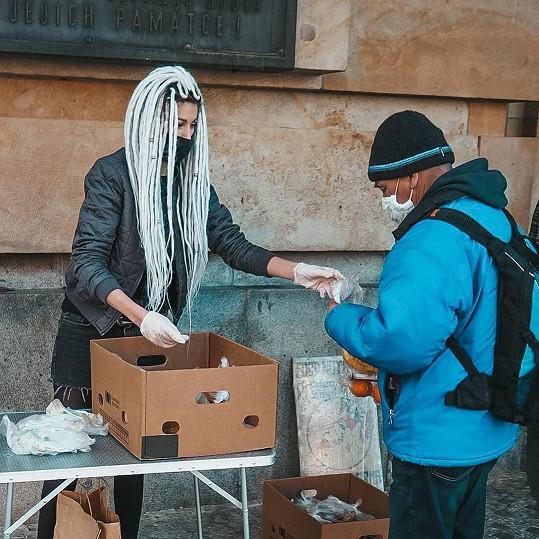Blogerka Ina T. pomáhá bezdomovcům.
