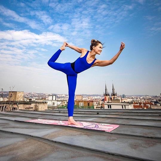 Spisovatelka pravidelně praktikuje jógu.