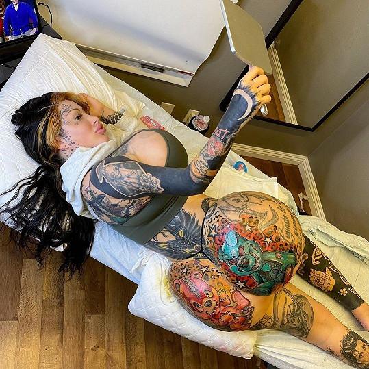 Ani na tetování nešetří.