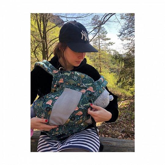 S dcerkou chodí na vycházky do přírody.