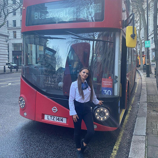 Jodie řídí v Británii autobusy hromadné dopravy.