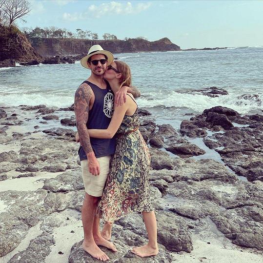 Manžel Josh Sason se stihl s Lindiným dědečkem potkat.